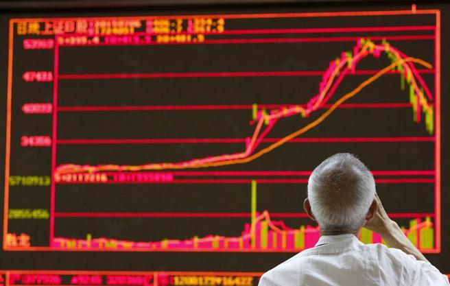 Un hombre observa la evolución de la bolsa en Pekín