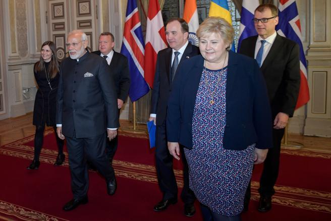 La primer ministra de Islandia, Katrin Jakobsdottir, con el primer ministro indio Narendra Modi, y sus homólogos danés, sueco, noruego y finlandés Lars Lokke Rasmussen y Stefan Lofven Erna Solberg Juha Sipilae