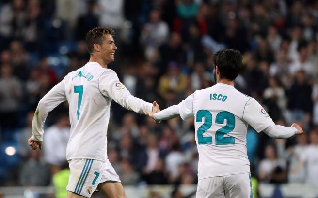 Ronaldo celebra con Isco el gol del empate del Madrid en los minutos finales