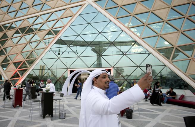 Un hombre saudí se hace un selfie a la entrada del cine