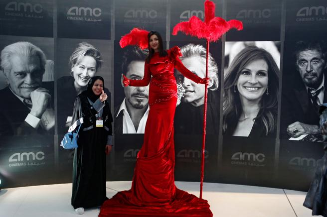 Una mujer posa junto a una actriz contratada para la inauguración del cine