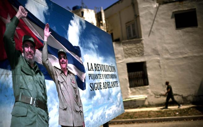 Un póster de los hermanos Castro en La Habana, Cuba
