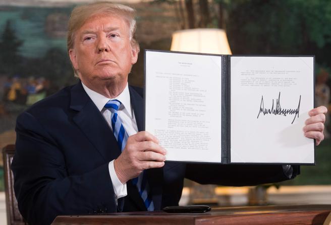 Donald Trump tras firmar el documento que reactiva las sanciones contra Irán