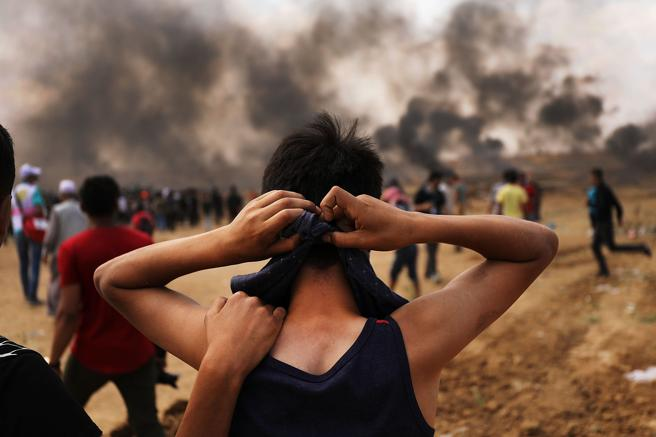 Un adolescente palestino se prepara para manifestarse en la Franja de Gaza
