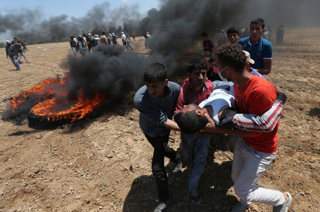 Un palestino herido es evacuado durante las protestas