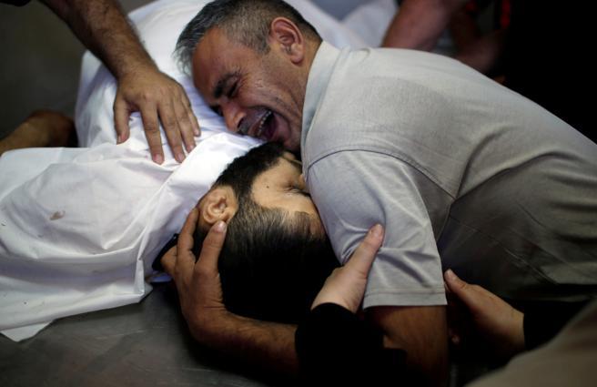 Un hombre palestino llora la muerte de su hermano que fue asesinado durante las protestas en la frontera de Gaza con Israel