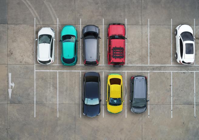 Es importante aparcar dentro de las marcas del pavimento