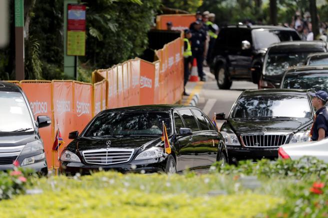 La caravana de automóviles en la que es trasladado el líder norcoreano, Kim Jong Un, abandona el hotel Capella tras asistir a la histórica cumbre