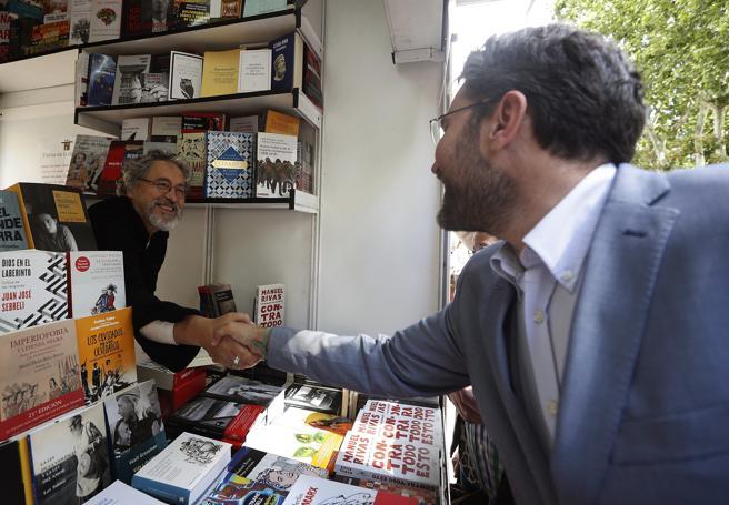 El ministro de Cultura y Deporte, Maxim Huerta, saludaba al escritor Manuel Rivas, durante su visita a la Feria del Libro en el madrileño