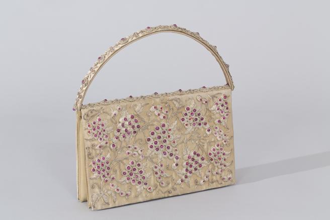 Bolso con asa, confeccionada en tafetán, seda artificial e hilos dorados.