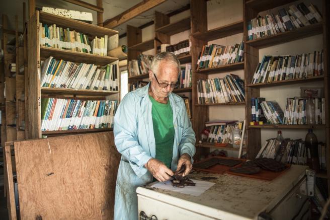 Josep Aguilá completa la cadena de producción del cacao en su aula y biblioteca de Wampusirpi, Honduras