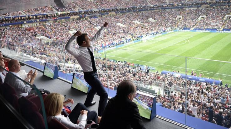 La icónica foto de Macron celebrando el triunfo de Francia que dará la vuelta al mundo