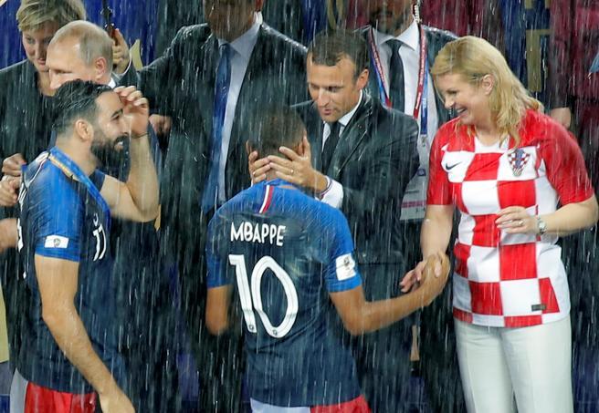 Emmanuel Macron y Kolinda Grabar-Kitarovic felicitan a Kylian Mbappé bajo la lluvia de Moscú