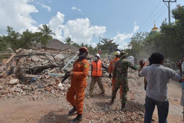 Equipos de emergencia tras el nuevo seísmo que se ha sentido en el área de Tanjung, en Lombok