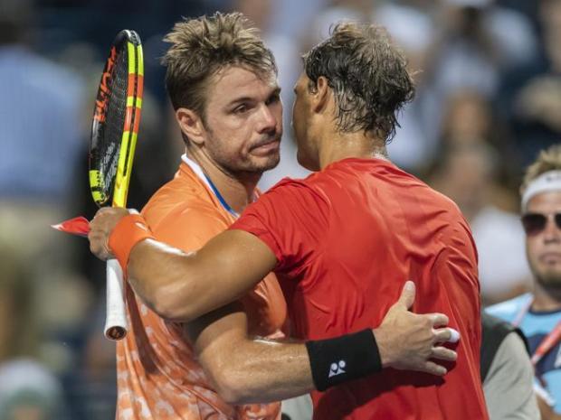 El tenista suizo Stan Wawrinka (i) felicita al Rafael Nadal
