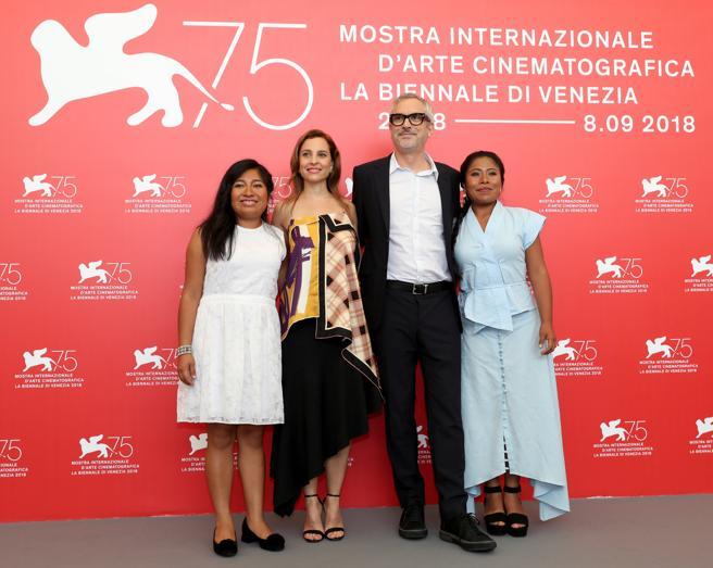 Cuarón rodeado de las actrices Nancy Garcia, Marina de Tavira y Yalitza Aparicio,