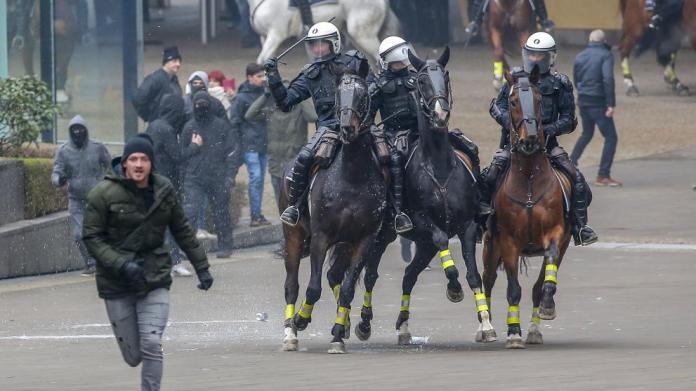 Enfrentamientos entre la ultraderecha y la policía en la marcha contra el pacto migratorio de la ONU en Bruselas