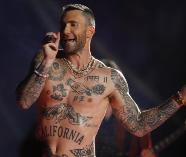 Adam Levine Se Quita La Camiseta En Su Actuacion De La Super Bowl Y Demuestra La