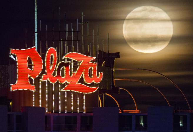 El cielo nuboso de Las Vegas ha tapado ligeramente la visión de la superluna