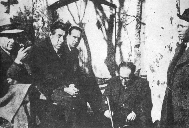 Esta foto, que es probablemente la última de Antonio Machado (sentado con bastón), se hizo en la masía de Can Santamaria, en Cervià de Ter, poco antes de partir hacia el exilio