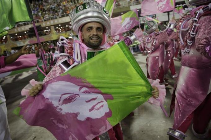 Un participante del carnaval lleva una bandera con la imagen de Marielle Franco