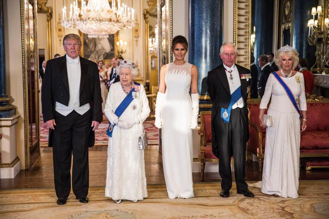 El presidente de los Estados Unidos, Donald J. Trump (izq), su esposa Melania (c), la Reina Isabel II (2-izq), el Príncipe Carlos de Gales (2-dcha) y Camilla (dcha), duquesa de Cornualles, posan este lunes para una fotografía antes de una cena de gala en el Palacio de Buckingham, en Londres (Reino Unido).