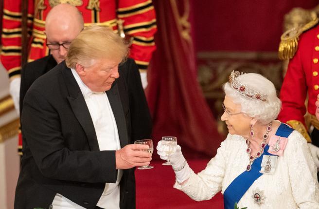 El presidente de los Estados Unidos, Donald J. Trump, y la reina Isabel II brindan en Buckinham.