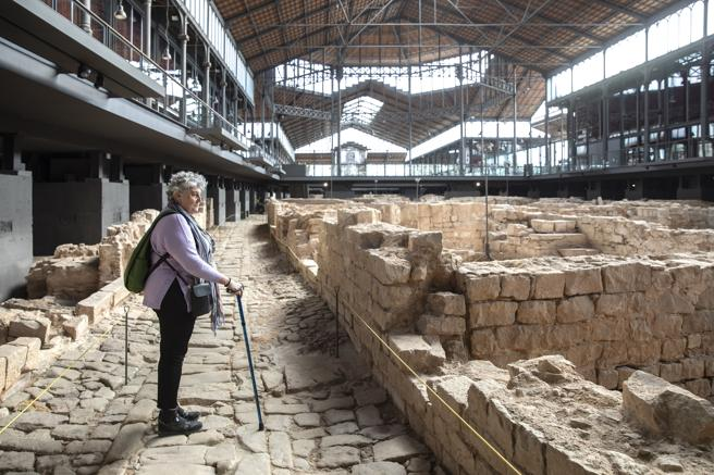 The head of the Pla Barcino, Carme Miro, observes part of the archaeological complex from the path of the Corders