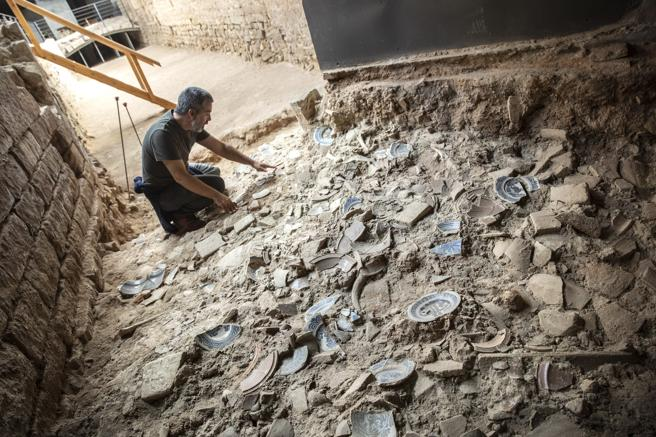 Archaeologist Toni Fernandez reviews the different types of pottery found in the Comtal Rec