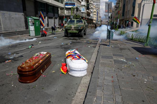La policía de Bolivia utilizó gas lacrimógeno para disuadir a los manifestantes
