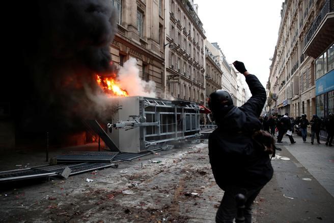 Los radicales han incendiado un remolque de la construcción frente a la Bolsa del Trabajo