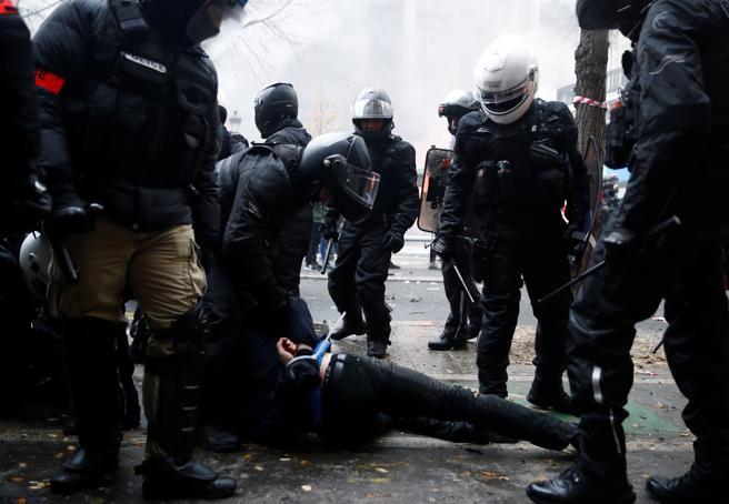 La policía ha detenido al menos a 87 personas en la capital francesa