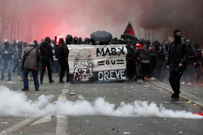 Unos 500 radicales se enfrentan a la policía