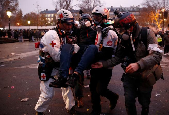 Los servicios de emergencia evacuan a un periodista herido