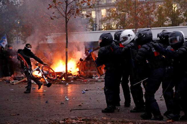 Los enfrentamientos en París se han concentrado en la plaza de la República y sus alrededores