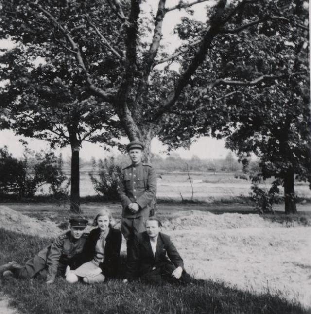 Kathe Heusermann, sentada, auxiliar del dentista de Hitler