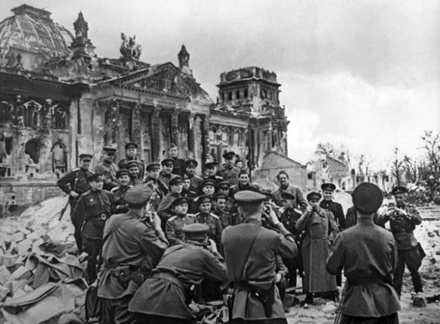 Soldados soviéticos celebran la victoria ante el Reichstag, el 2 de mayo de 1945