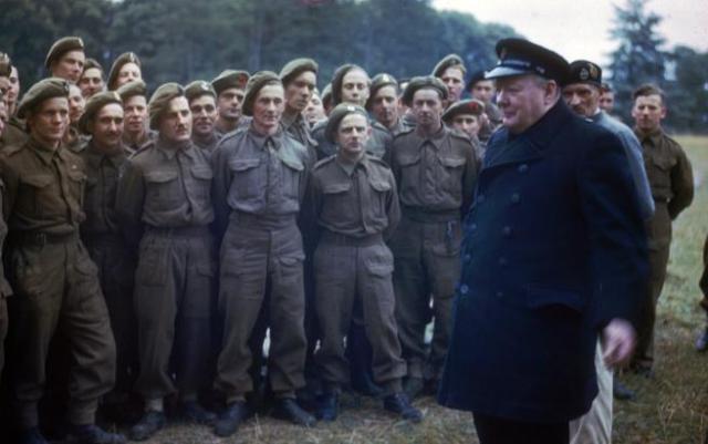 Churchill pasa revista a soldados británicos en 1942