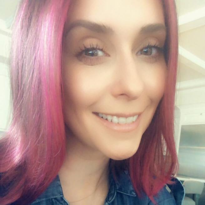 Actress Jennifer Love Hewit and her new hair pink