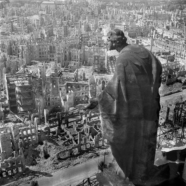 Dresde tras el bombardeo, desde lo alto de la torre del ayuntamiento.