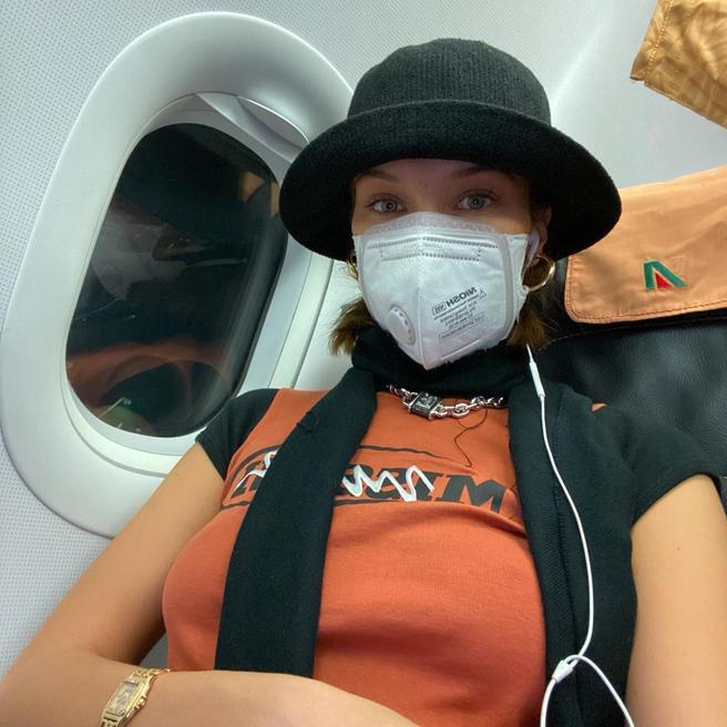 Bella Hadid deja Milán con máscara