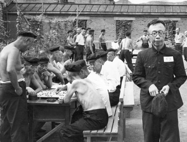 Henry Pu Yi, en 1956, en el patio de la cárcel donde fue encarcelado por los comunistas chinos.