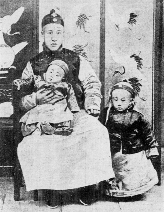 Pu Yi, a los tres años de edad, junto a su padre y a su hermano menor.