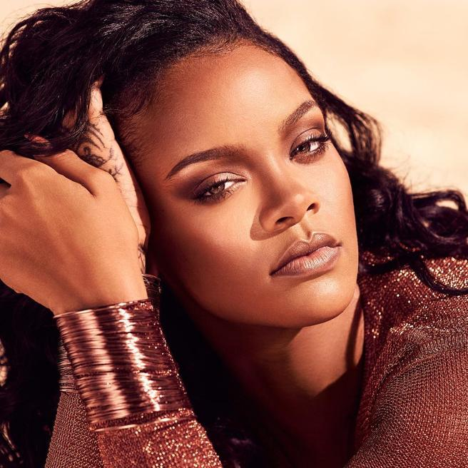 The singer Rihanna is promoting one of the new products of your signature of beauty.