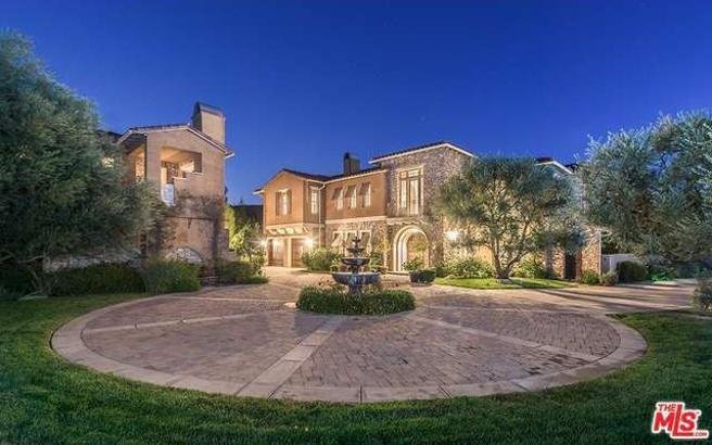 In Calabasas had neighbors so famous like Will Smith, Katie Holmes, and the clan Kardashian.
