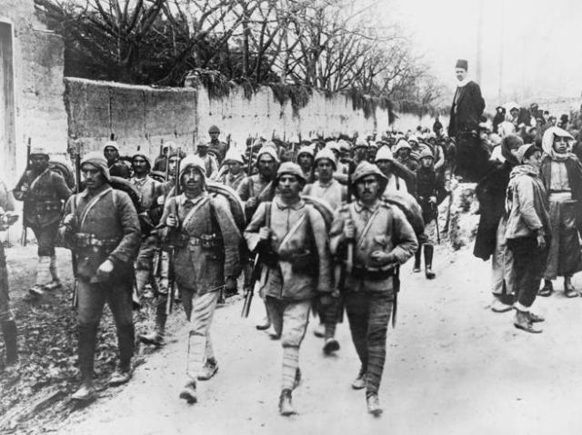 Tropas turcas marchan dirección a Esmirna en septiembre de 1922