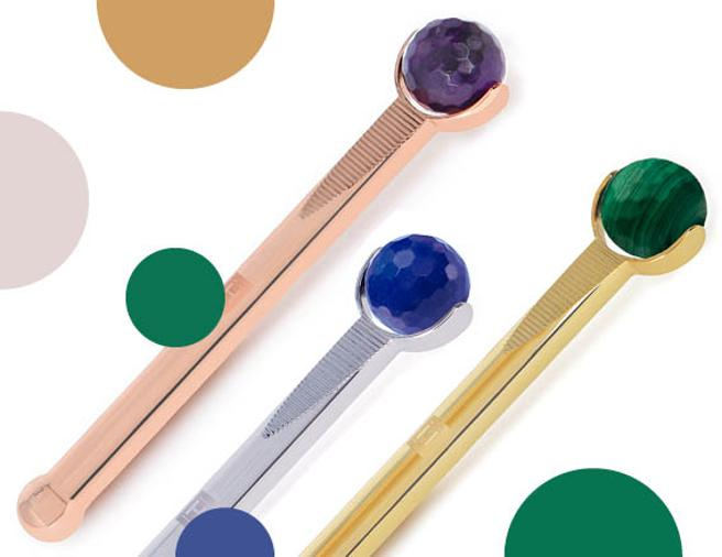 The Precious Contouring Facial Massager Haute Custom Beauty is hand made and is sold in three versions:with malachite and bathed in 24-karat gold (180 euros), in pink gold with amethyst (240 euros) and bathed in platinum with sapphire (380 euros)