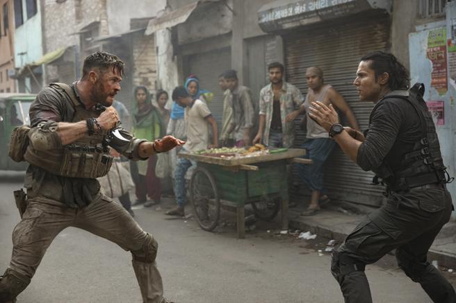 Chris Hemsworth in a scene from 'Tyler Rake', the new sensation of Netflix