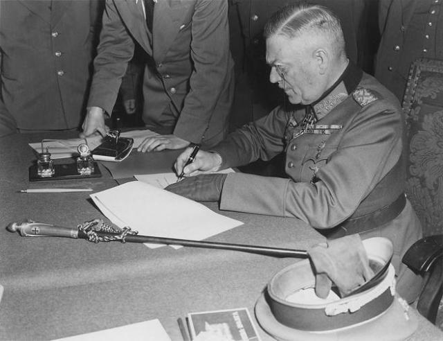 El Mariscal de Campo Wilhelm Keitel firma la rendición incondicional de la Wehrmacht.
