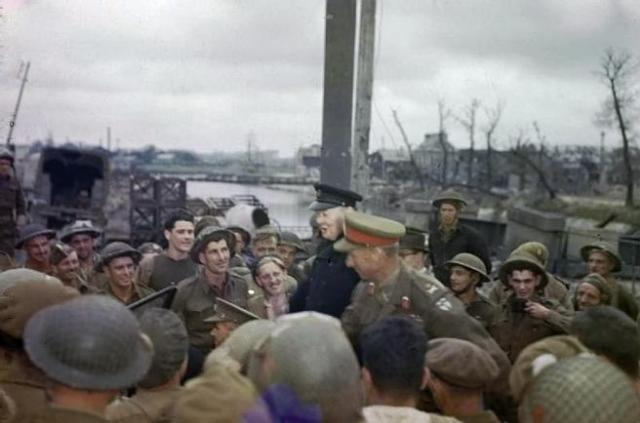 Churchill visita a las tropas en Normandía, en 1944.